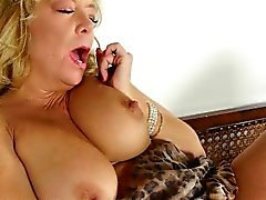 House cleaning rend grandma frotter la chatte pantyhosed