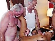 Teen Nikki Kay obtient Gangbanged par les vieux hommes