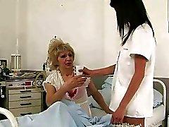 L'étudiante mignonne une infirmière baise une granny