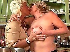İki büyükanneler ile bir genç sahip İşlemleri Eşcinsel eğlence
