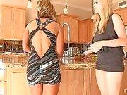 Anne och söta blonda lesbisk flickvänner onanerar med morötter sätter fyra morötter i pussy