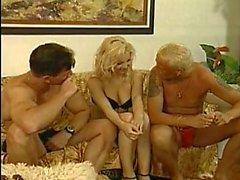 Hot blondi saa kaverit kukko ja imee vaikea sohvalla
