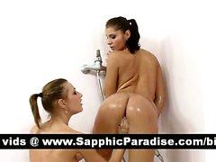 Reizvoller Lésbos Fingersatz lecken und Fotze an der Dusch
