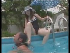 jeu asiatique avec esclave dans la piscine