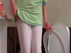 Cornée gars pénètre la salle de bain où sa catin mûre est