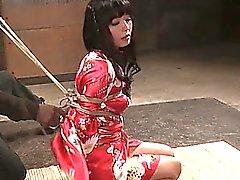 Japanese subslut bekommt ihre Titten gebunden enge