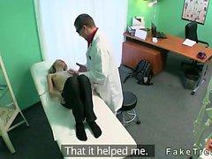Doktor tarafından çarptı az göğüsleri Sarı hastada