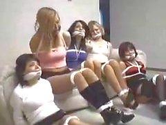 5 Mädchen gebunden und Cleave geknebelt