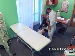 Hemşire doktor sikişiyor ve hasta hastanede yalıyor