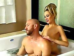 Große Brüste Nutte ergibt Frech Nuru Massagen mit glückliches Ende