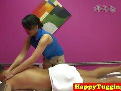 Perkytit aasian masseuse työskennellä asiakkaat napaiset