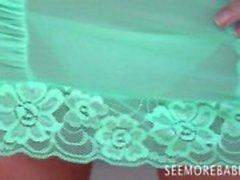 Lindo bebê Chloe James na masturbação verde lingerie sozinho