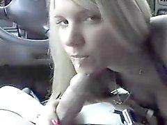 hete amateur blondie geven hoofd in de auto
