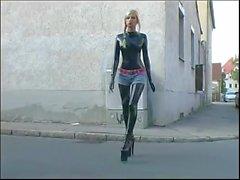 Rus sarışın lateks catsuit