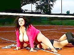 Professeur tennis de obtient surface de hig étouffé à droite à la cour de