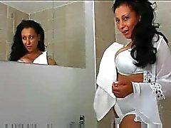 Busty MILF spielt im Badezimmer