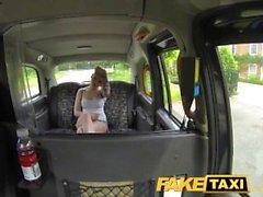 Kloe Kane baise dans un faux taxi