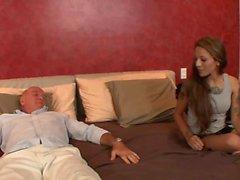 Young cutie donne au vieil homme un massage avant de baiser