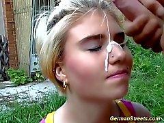 tonåring plockas för könsbestämmer om över gatan