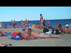 Üstsüz bir kumsalda gevelemek kaydedildi