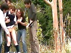 Eve yürüyen kız öğrenciler dışarıda bir işemek ve yakalanırlar