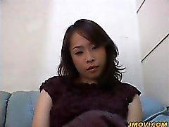 Hot milf babe Reiko mostra sua bunda grande em meia-calça
