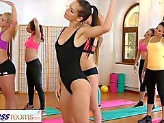 amants FitnessRooms lesbiennes font l'autre cum après la classe de gymnastique