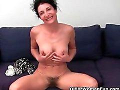 La abuela se niega a afeitarse el coño peludo