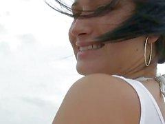 Büyük eşek vesahilde eğlenirken doğal göğüsleri ile Sasha sevimli genç kız