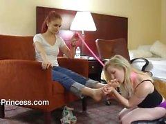 Lesbisk slaven flicka samt sugande tå