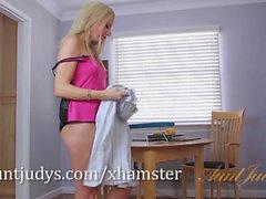 Blond MILF Jessica Taylors masturberar i golvet