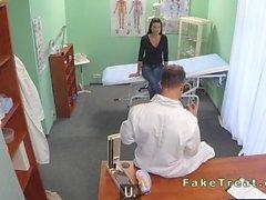 Doktorlar harika busty Hastayı sikikleri