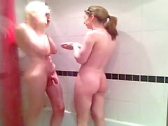 Araya Bir duş paylaşabilir Tgirls
