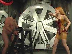 Kızıl saçlı Sahibe onun hızlı koşan at üzerine bağımlılık maskeli kölesini kırbaçlıyor