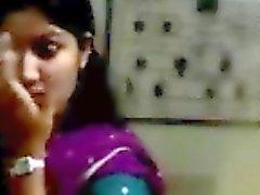 un beso estudiantes Indian con el novio