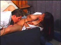 Büyük göğüsler ile yaramaz hemşire onu ıslak şeftali vurma bir asılı doktor var