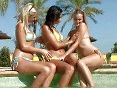 Чувственная брюнетка и блондинка лесбиянки лижет а аппликатура киски на трехходовым лесбийской разгула