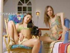 Twee magere meisjes openen kutjes