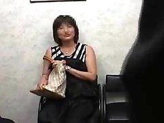 Houkuttelevan Japanilainen leidi laseilla asettaa hänen big rinta