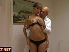 Äiti ja tyttärensä mennä lääkärin