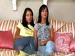 Zwei Mädchen suchen einem Vibrator .