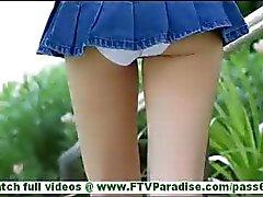 Karina sexig röv blondin i kort kjol blinkande trosor blinkande fitta och kapacitetsförbättring fitta utomhus