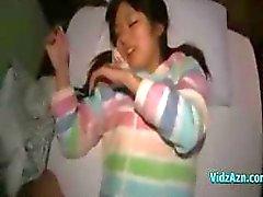 Söt orientaliska chick ger en avsugning och blir fingered i hennes håriga buske