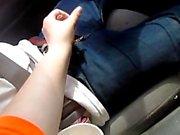 donnant mari un emploi à la main dans la voiture pendant que vous conduisez grand éjac à la fin