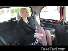 Upea blondi seksiä lahjus taksilla