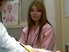 Atractiva de chicas asiática ya un médico córnea