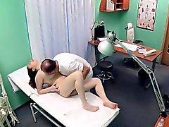 Vollbusigen Teenager geführt Arzt sperma das Doppelte