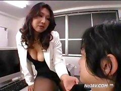 Boss Asie veut que ce types languette et le queue alors qu'il lèche la chatte