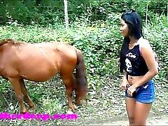 Heather Deep 4 rueda en rápido asustadizo quad y Peeing junto a los caballos en el