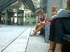 Offenherzig erstaunliche Beine und Füße durch blondes PT eins Shoeplay